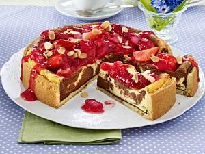 Marmorierter Käsekuchen auf Mandel-Mürbeteig mit Erdbeer-Rhabarber-Kompott Rezept