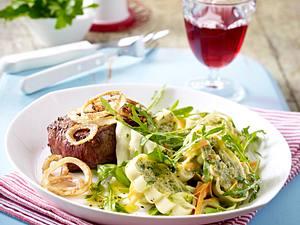 Maultaschen-Salat zu Röstzwiebel-Steak Rezept