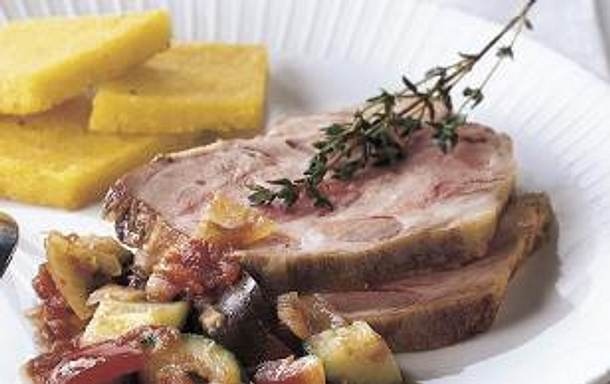 Mediterraner Schweinebraten mit Polenta Schnitten und Ratatouille Gemüse Rezept