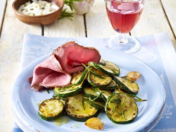 Mediterranes Zucchinigemüse zu Roastbeef-Aufschnitt Rezept