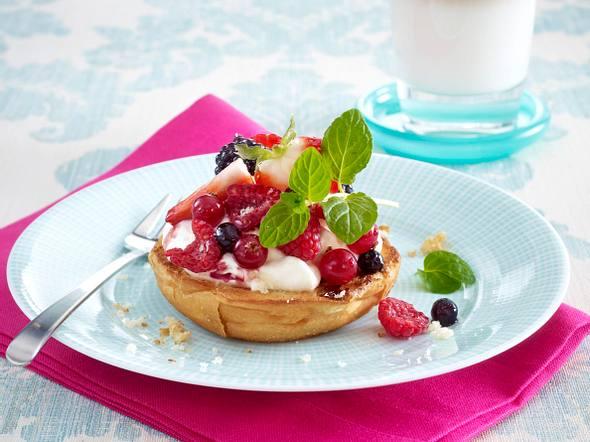 Milchbrötchen-Bruschetta mit Marzipan, griechischem Joghurt und frischen Beeren Rezept