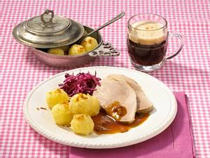 Mini-Knödel zu Schweinebraten in Malzbiersoße und Rotkohlsalat Rezept