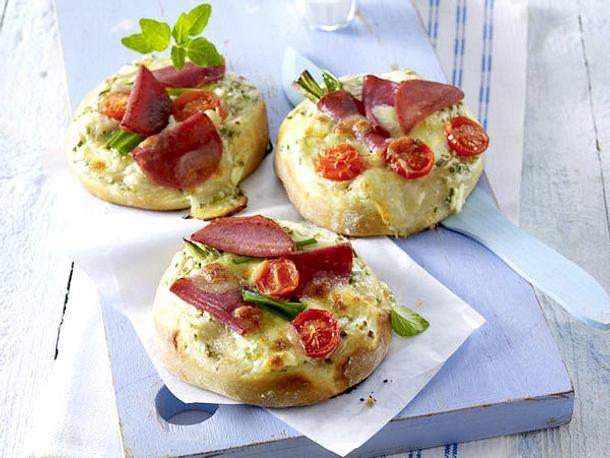 Mini-Salami-Pizzen mit Lauchzwiebeln und Tomaten Rezept