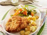 Mini-Schnitzel vom Schwein zu gerösteten Kartoffelwürfeln und Zuckerschoten-Möhren-Gemüse Rezept