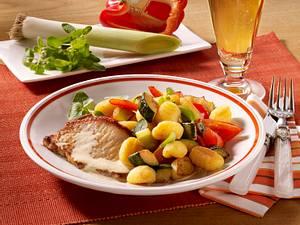 Minutensteaks mit Gemüse-Gnocchis und Rahmsoße Rezept