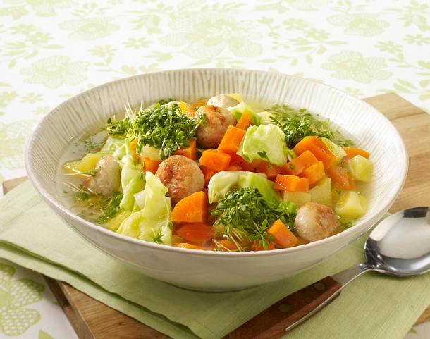 Möhren-Kartoffel-Suppe mit Spitzkohl und Brätklößchen Rezept