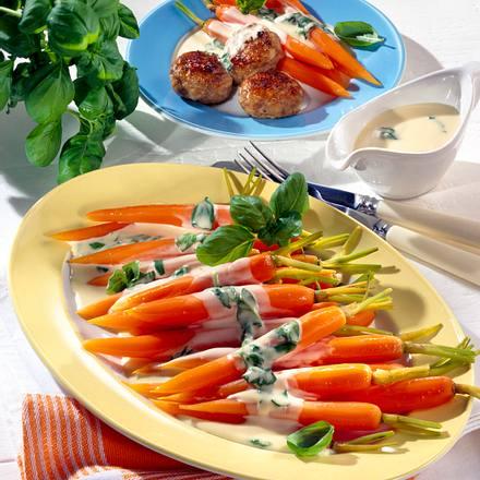 Möhren mit Basilikum-Sahne zu Mettfrikadellen Rezept