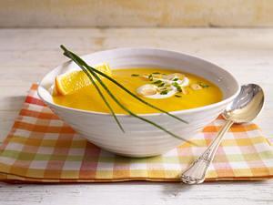 Möhren-Orangencremesuppe mit Mandelblättchen Rezept