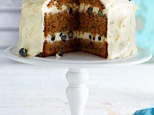 Möhren-Walnuss-Kuchen mit Blaubeeren Rezept