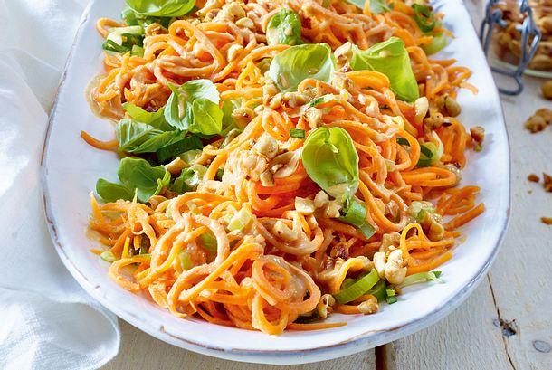 Möhrenspaghetti-Salat mit Erdnüssen