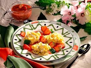 Mohn-Nudelnester auf Rhabarber-Erdbeersoße Rezept