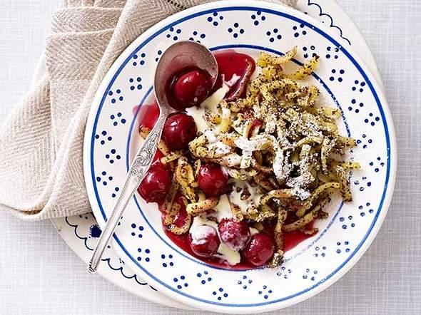 Mohn-Spätzle mit heißen Kirschen Rezept