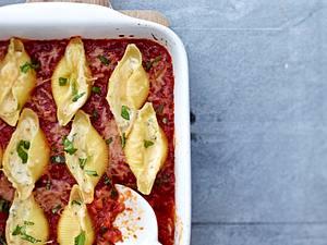 Muschelnudeln mit Ricotta-Basilikum-Füllung und Tomatensoße Rezept