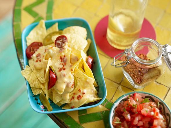 Nachos mit Käsesoße und Salsa Rezept