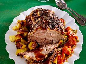 Nackenbraten mit Röstkartoffeln und Gemüse Rezept