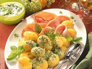 Neue Kartoffeln mit Dip, Pesto und Schinken Rezept