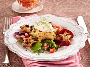 Nockerln aus geräucherter Forellenmousse mit Mandelblätterteigsternchen auf Salatbett Rezept