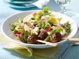 Nudel-Curry-Salat mit Eiern, Schinken und Hackbällchen-Spießen Rezept