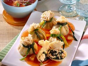 Nudelpäckchen mit Spinat-Lachs-Füllung auf süß-saurerer Gemüsesoße Rezept