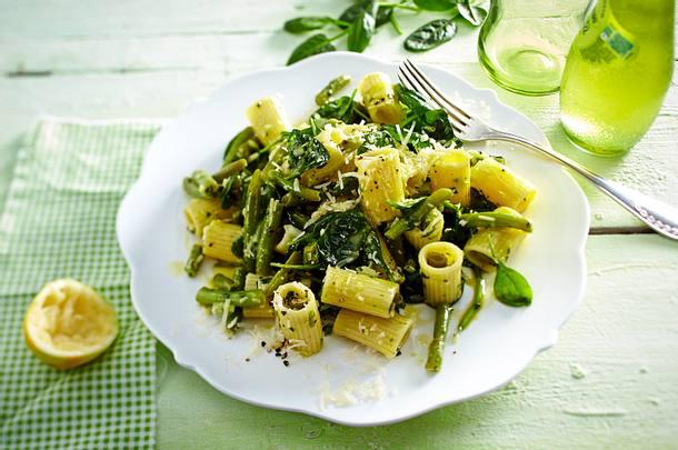 Nudelsalat mit grünen Bohnen und Spinat Rezept
