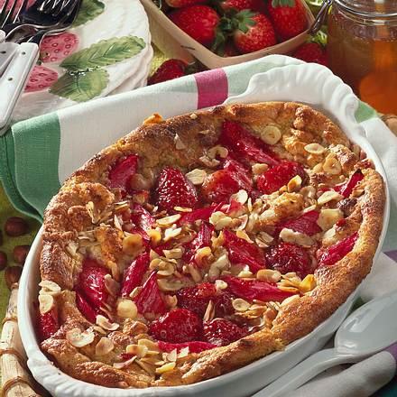 Nuss-Grieß-Auflauf mit Erdbeeren und Rhabarber Rezept