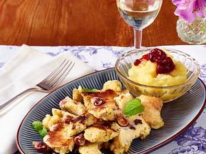 Nuss-Mohn-Schmarrn mit Apfel-Preiselbeer-Kompott Rezept
