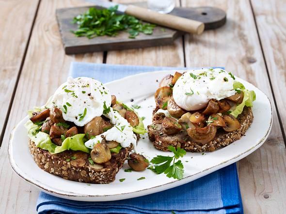 Nussbrot mit Pilzen und pochiertem Ei Rezept
