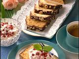 Nusskuchen mit Preiselbeer-Sahne Rezept