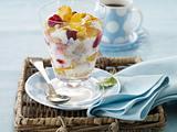 Obst mit Cornflakes und Joghurt Rezept