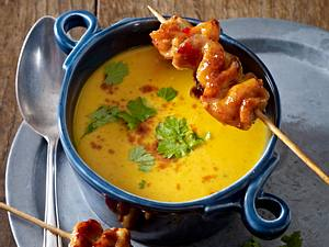 Ofen-Kürbis-Kokos-Suppe mit Hähnchenspießen Rezept