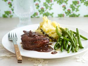 Ofen-Rindermedaillons mit karamellisierten Bohnen und Trüffel-Stampfkartoffeln Rezept
