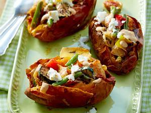 Ofen-Süßkartoffel mit Gemüse und Hähnchen Rezept