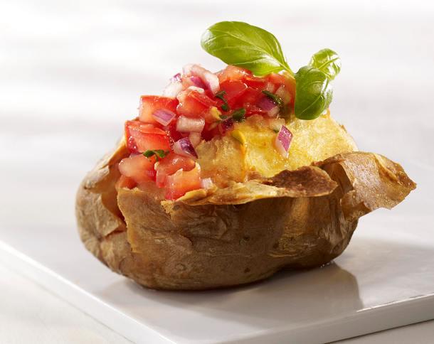Ofenkartoffel mit Tomatensalsa, Zwiebel, Limette und Basilikum Rezept