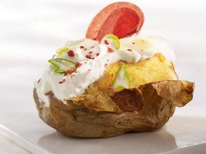 Ofenkartoffel mit Ziegenkäsequark, Lauchzwiebeln, rotem Pfeffer und Salami Rezept