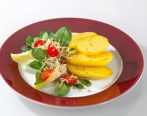 Ofenkartoffeln mit Butter und buntem Salat Rezept