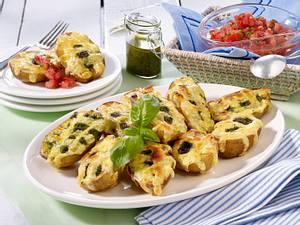Ofenkartoffeln mit Käsegitter, Pesto und Tomatendip Rezept