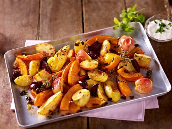 Ofenkürbis mit Kartoffeln, Äpfeln und Majoran Rezept