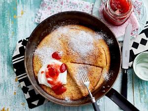 Ofenpfannkuchen mit Sahnequark und Erdbeerkonfitüre Rezept