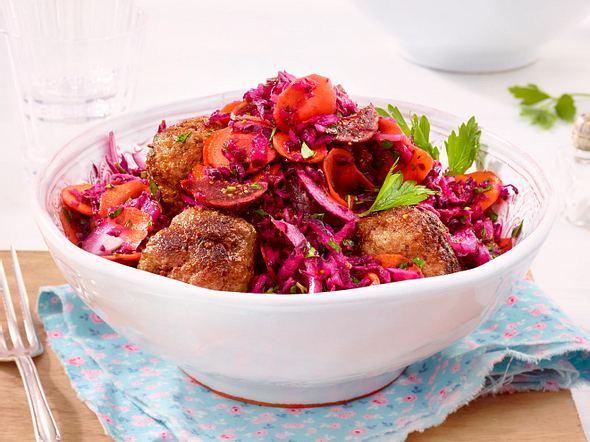 Orientalischer Rotkohl-Salat mit Hackbällchen Rezept