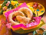 Oster-Brezel aus Hefeteig mit Pflaumen-Marzipan-Füllung Rezept
