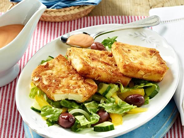 Panierte Fetaschnitzel auf buntem Salat Rezept