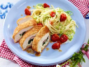 Panierte Hähnchenfilets gefüllt mit Schinken und Kräuterfrischkäse auf Spaghetti-Spitzkohl-Nestern Rezept