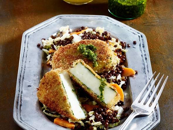 Panierter Kräuterhalloumi auf Linsen-Salat Rezept