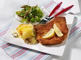 Paniertes Kotelett mit Pilz-Kartoffel-Gratin und Babysalat Rezept