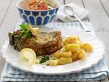 Paniertes Kotelett zu gebratenen Gnocchi und Tomatensalat Rezept