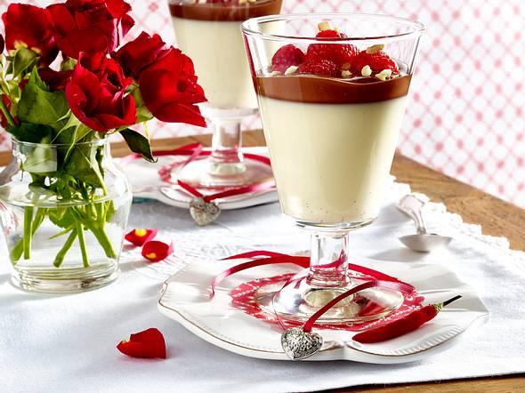 Panna Cotta mit Schokoladen-Chili-Soße und Himbeeren Rezept