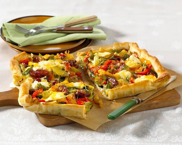 Paprika-Cabanossi Tarte mit Schmand und Käse Rezept