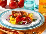 Paprika-Tomatensalat mit Hähnchenkeulen Rezept