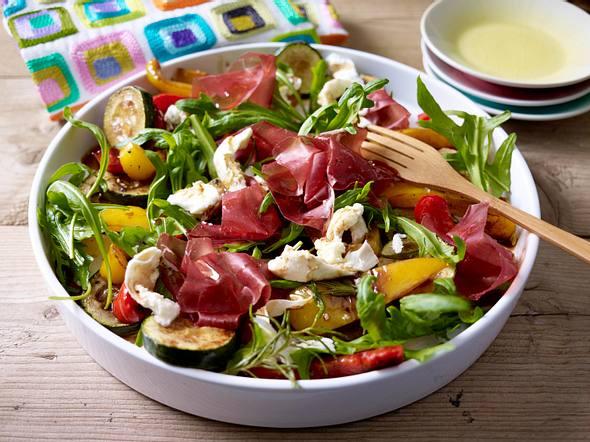 Paprika-Zucchini-Salat mit Mozzarella und Bündner Fleisch Rezept