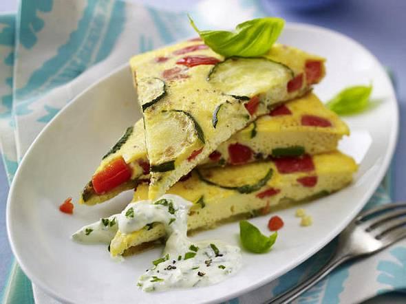 Paprika-Zucchini-Tortilla mit Kräuterquark Rezept